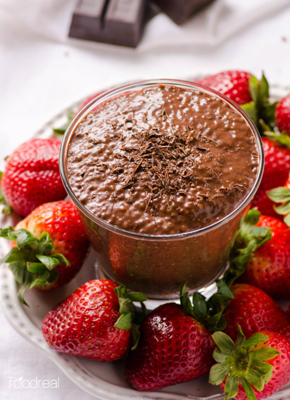 10 Minute Chocolate Chia Pudding Recipe that tastes like dessert with nutrition of a breakfast. Refrigerate for up to 5 days for easy breakfast or snack on the go.