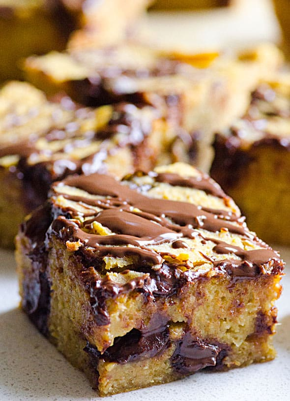 Pumpkin Blondies made healthy with oats, chickpeas, pumpkin puree, coconut oil and dates. No flour, eggs or refined sugar. Naturally sweetened pumpkin blondies squares.