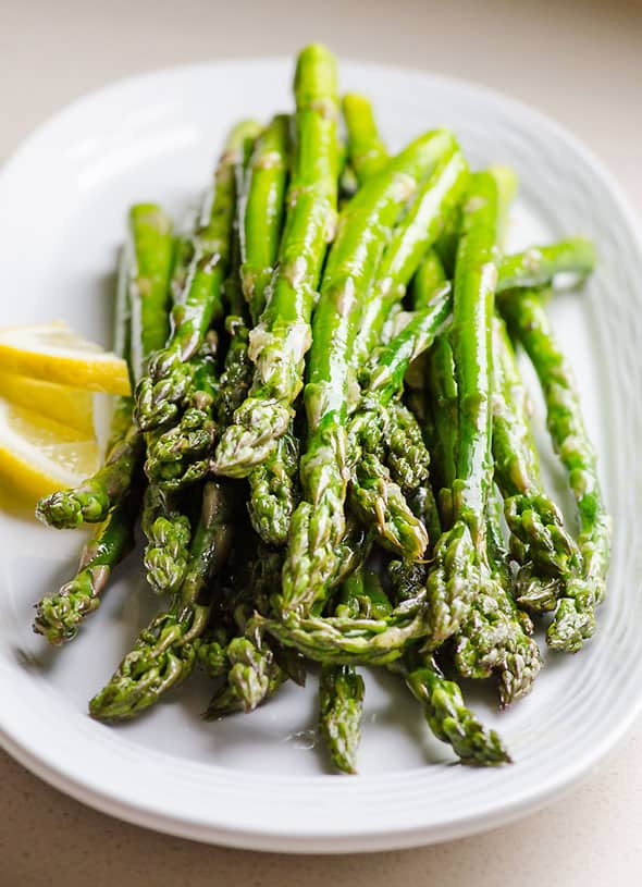 Broiled asparagus with garlic, oil, salt and pepper is a 10 minute baked asparagus side dish recipe. Cool trick to dirty no hands and make crunchy roasted asparagus. | ifoodreal.com