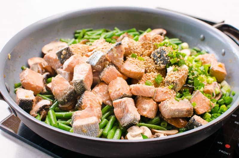 Healthy Salmon Stir Fry Recipe with vegetables the whole family will love on your dinner table in 20 minutes.