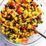 ensalada de mango y frijoles negros