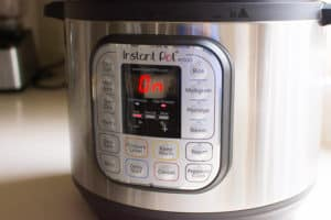 Instant Pot está calentando ingredientes de pollo y arroz