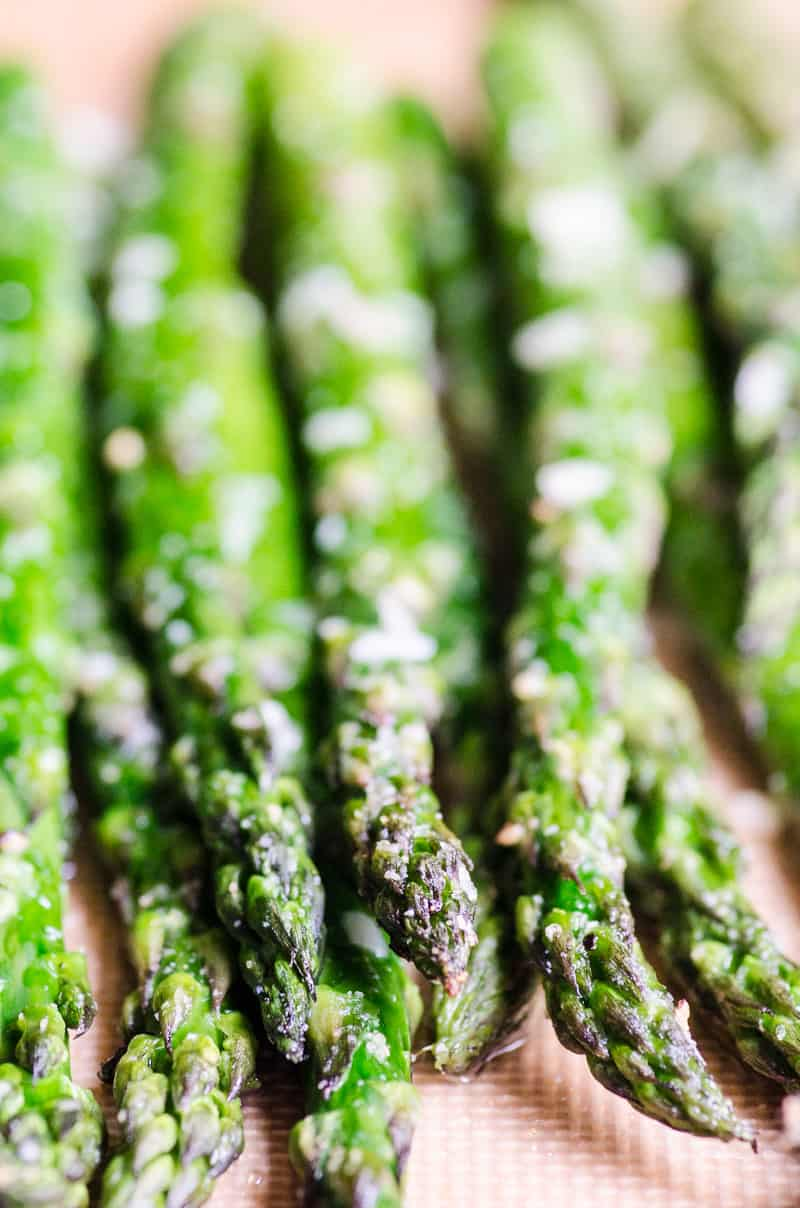 All you need to know for a perfect crunchy oven baked asparagus is what temperature and how long to bake it for. And we tell you just that in our easy recipe.