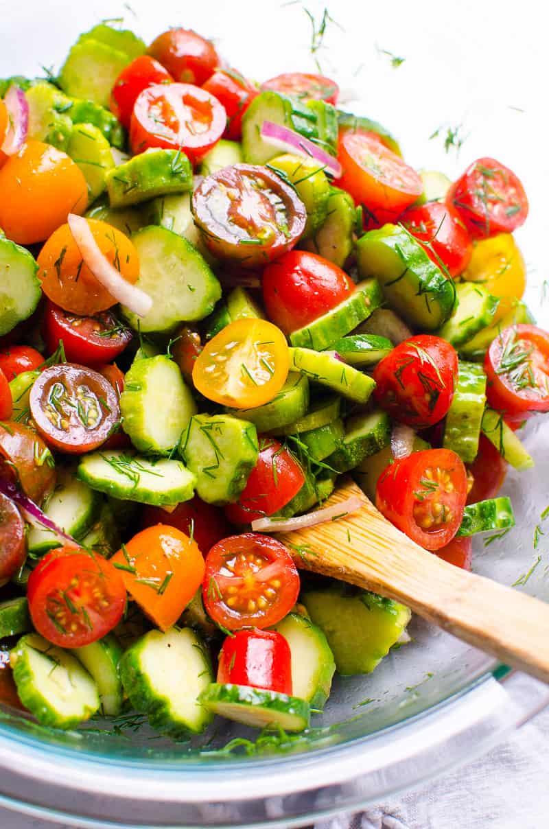Un tazón de ensalada de pepino y tomate
