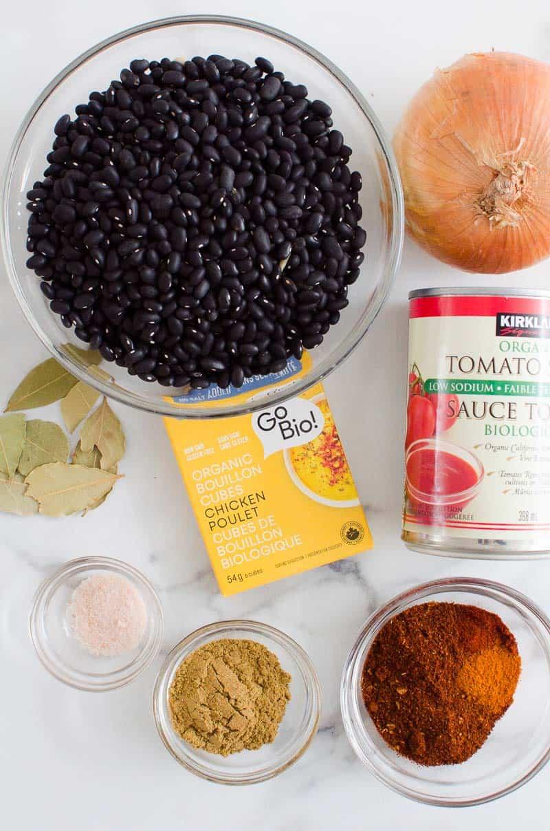ingredientes de sopa instantánea de frijoles negros;  caldo de pollo, frijoles negros, salsa de tomate, cebollas, especias y condimentos