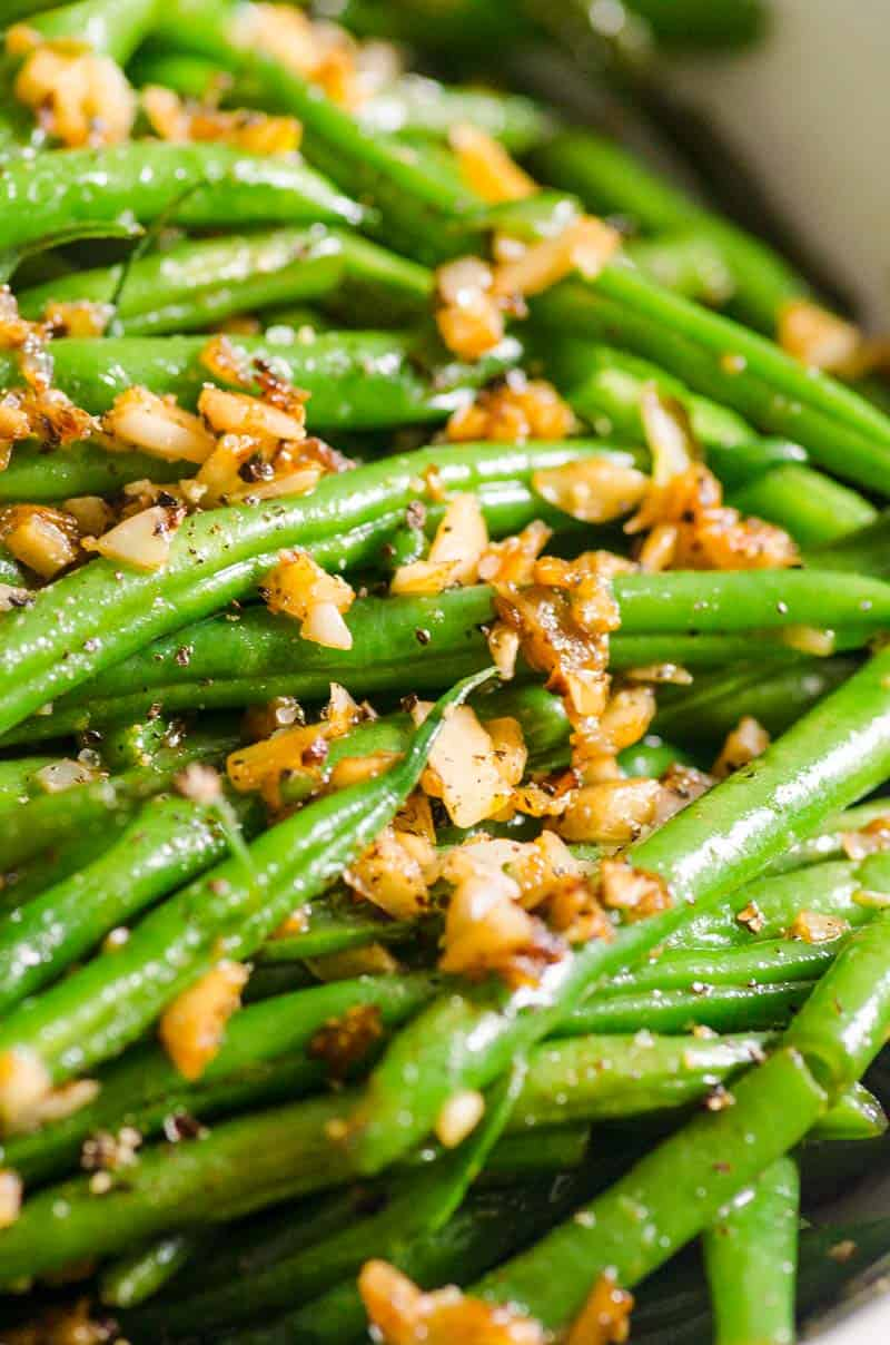 Garlic Green Beans Recipe garnished with pepper