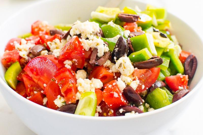 Ingredientes de la receta de ensalada griega en un recipiente blanco