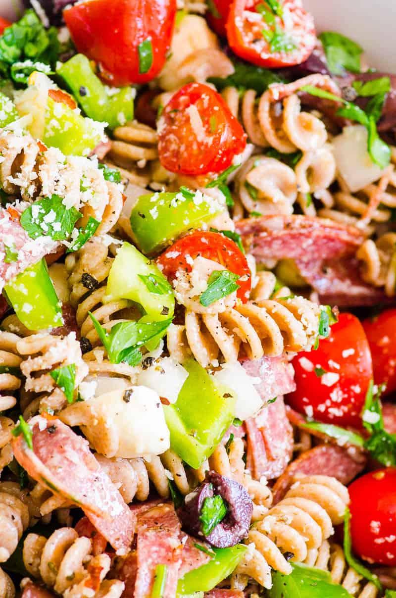 Primer plano de ensalada de pasta italiana