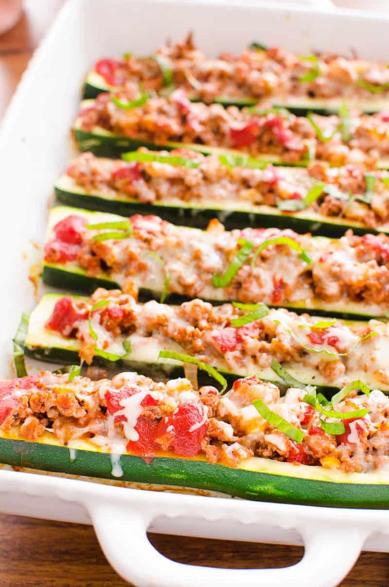 Barcos de calabacín con queso derretido y albahaca encima