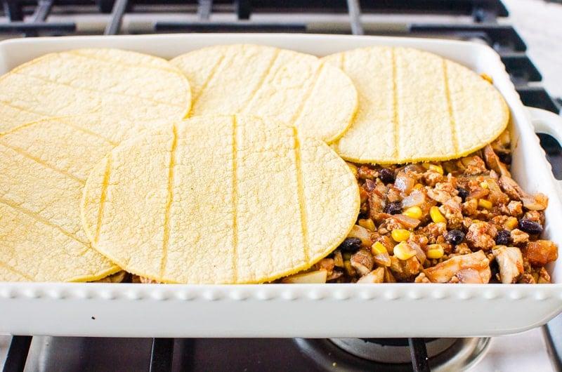 Cazuela mexicana saludable con capas de tortillas de maíz