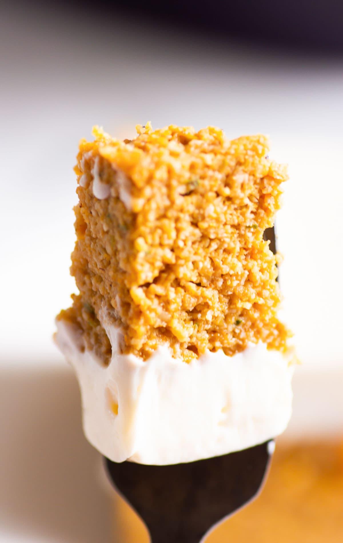 Rebanada de pastel de calabaza saludable en un tenedor