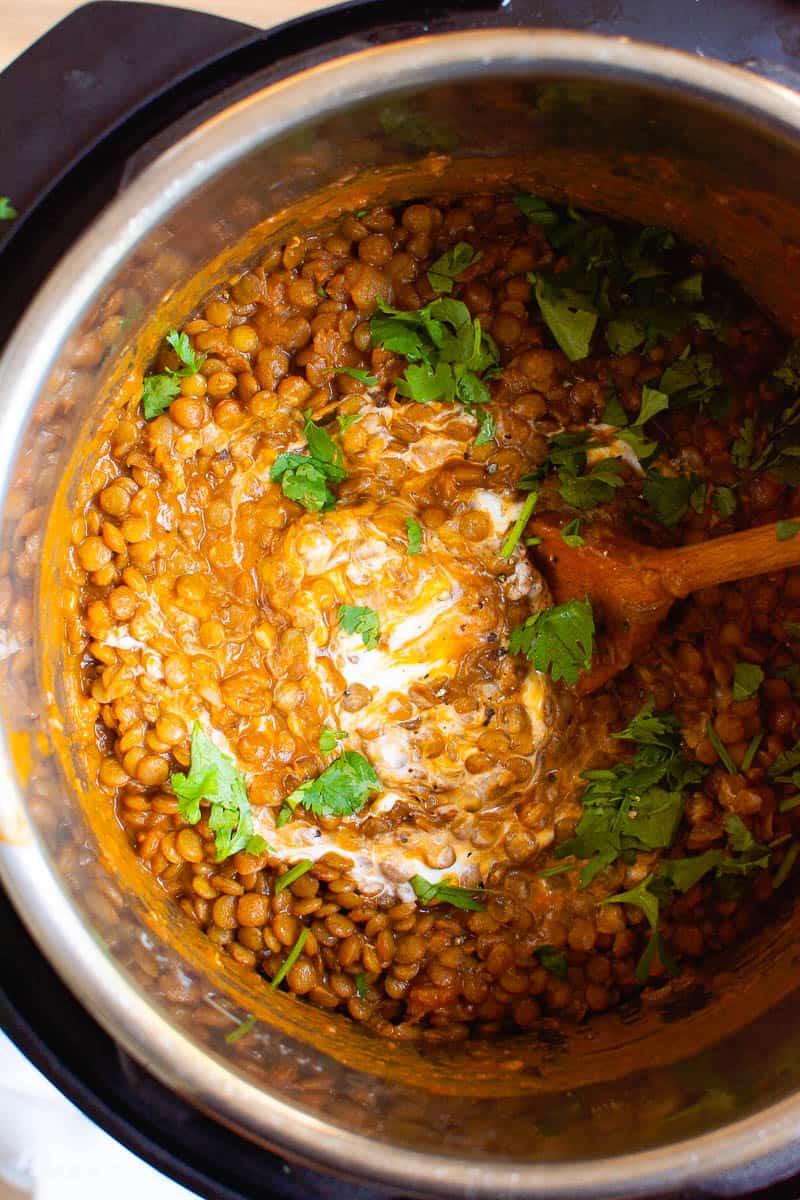 Instant Pot Dal con yogur y cilantro revuelto en la olla