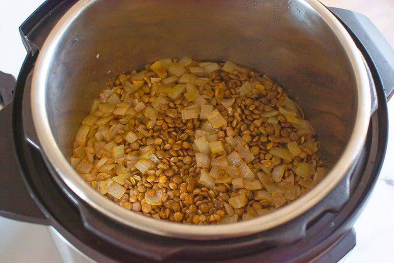 lentejas y cebollas cocidas en olla instantánea